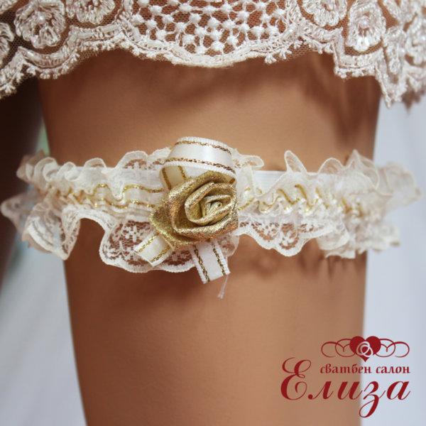 Жартиер за сватба в екрю със златна роза